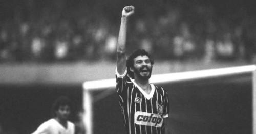 SÛcrates, do Corinthians, comemorando gol.